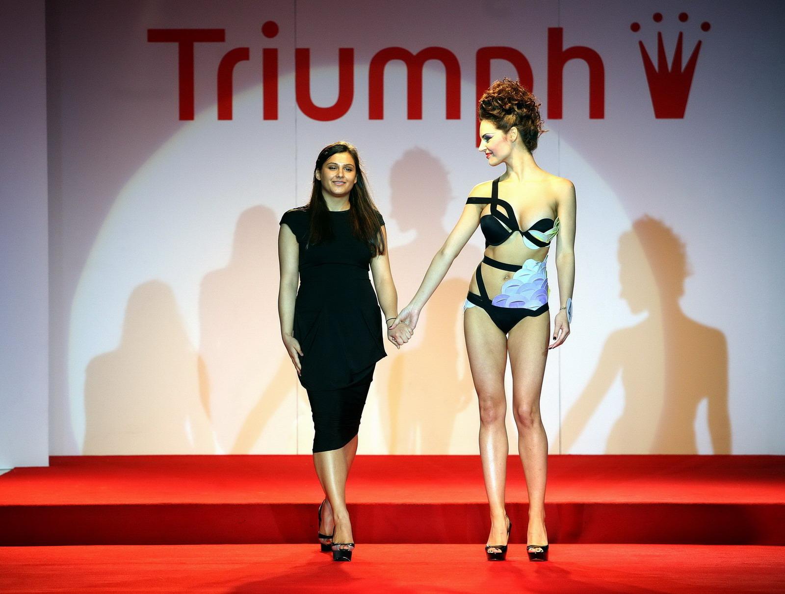 """Елена Златева със своя модел """"Танцът на дракона"""""""