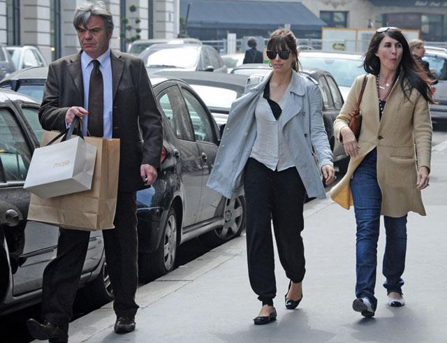 Джесика Бийл пазарува за сватбата в Париж