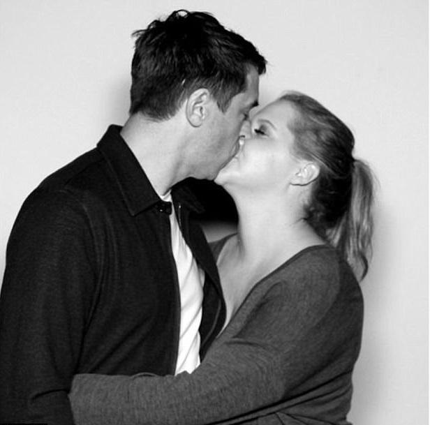 Ейми Шамър направи черно-бяло потвърждение на любовта си с Крис Фишър