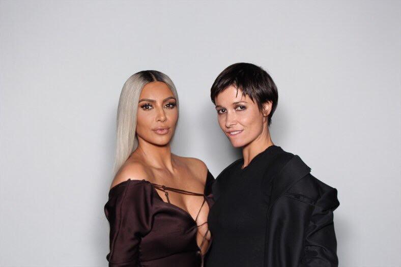 Ким Кардашян също избра сатена, но не в черно, а в кафяво. Роклята беше с дълбоко деколте, с няколко кръстосани връзки, разкриващо пищните й форми.
