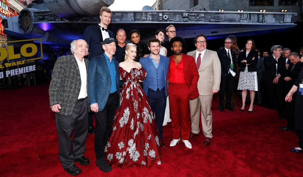 Целият екип на филма позира пред Millenium Falcon