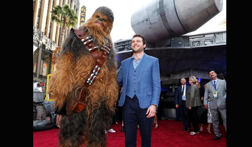 Aldren Ehrenreich (Han Solo) с Chewbacca