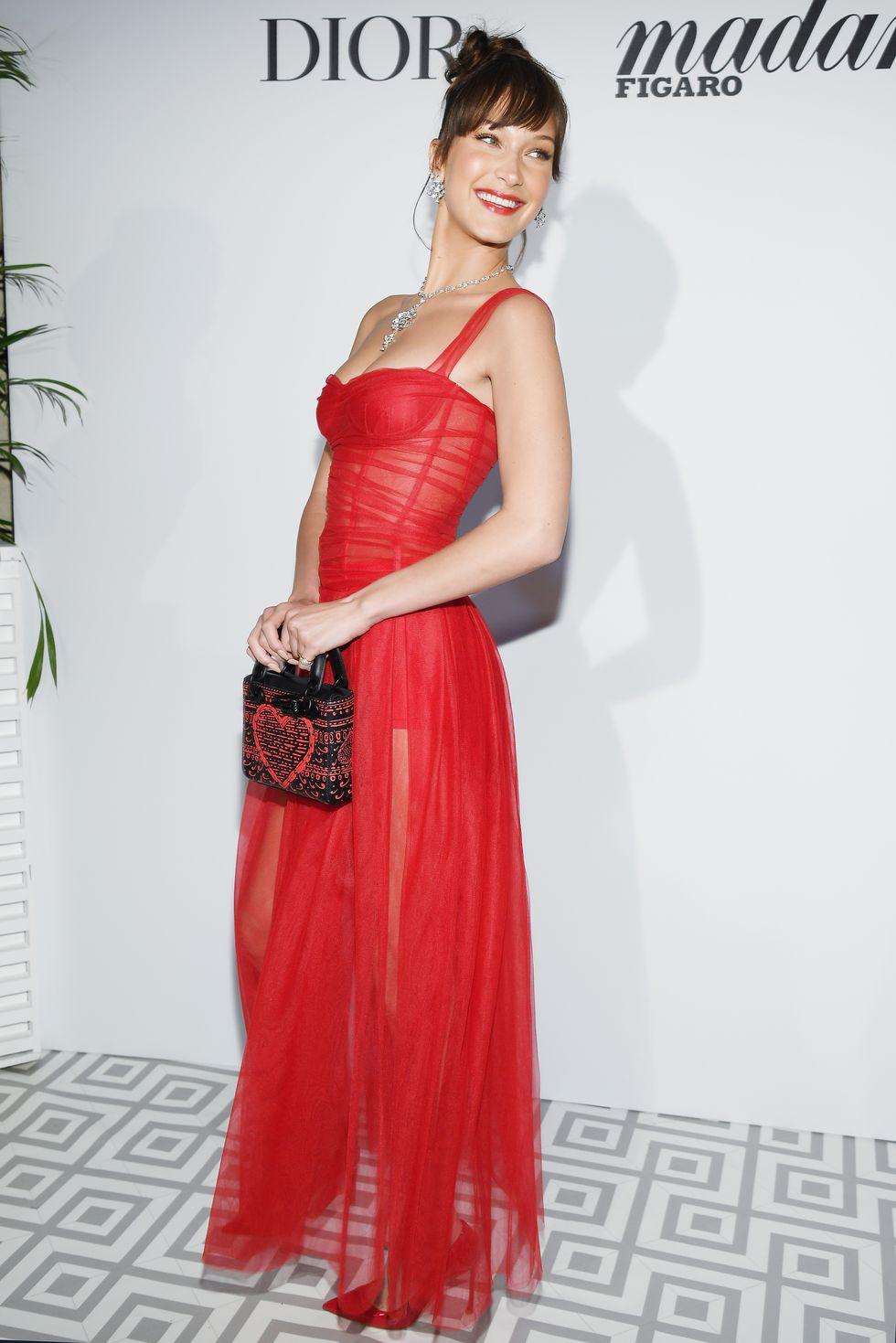 Моделката се спря на hot red рокля на Dior по време на Dior dinner.