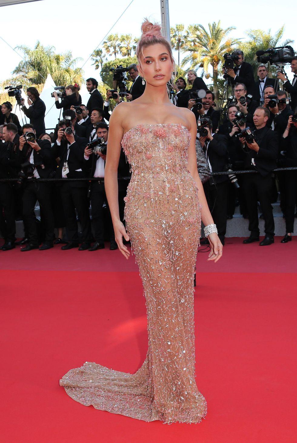 """Захаросаната вечерна рокля Roberto Cavalli Couture просто се сля с тялото на прелестната Хейли по време на премиерата на """"Girls Of The Sun""""."""