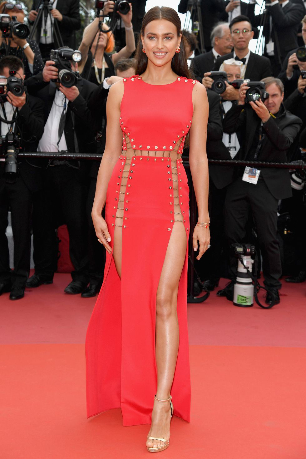 """Червена Versace с високи цепки и на двата крака. Ирина по време на прожекцията на """"Sorry Angel""""."""