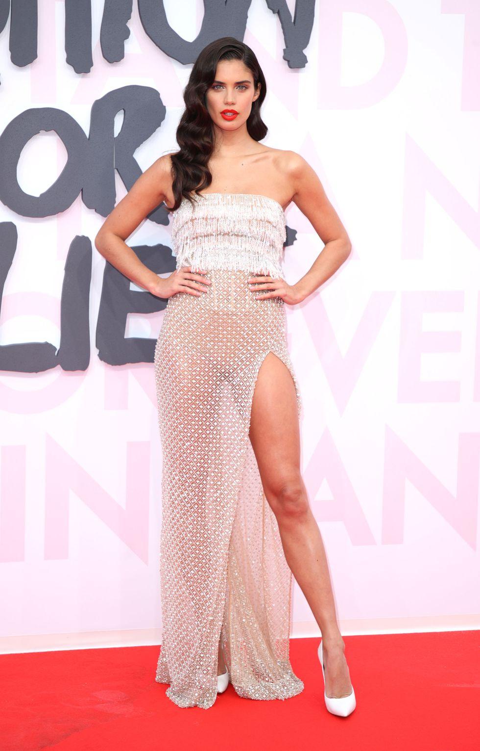 Ангелът на Victoria's secret избра мрежеста рокля без презрамки в кремав цвят за събитието Fashion for Relief .
