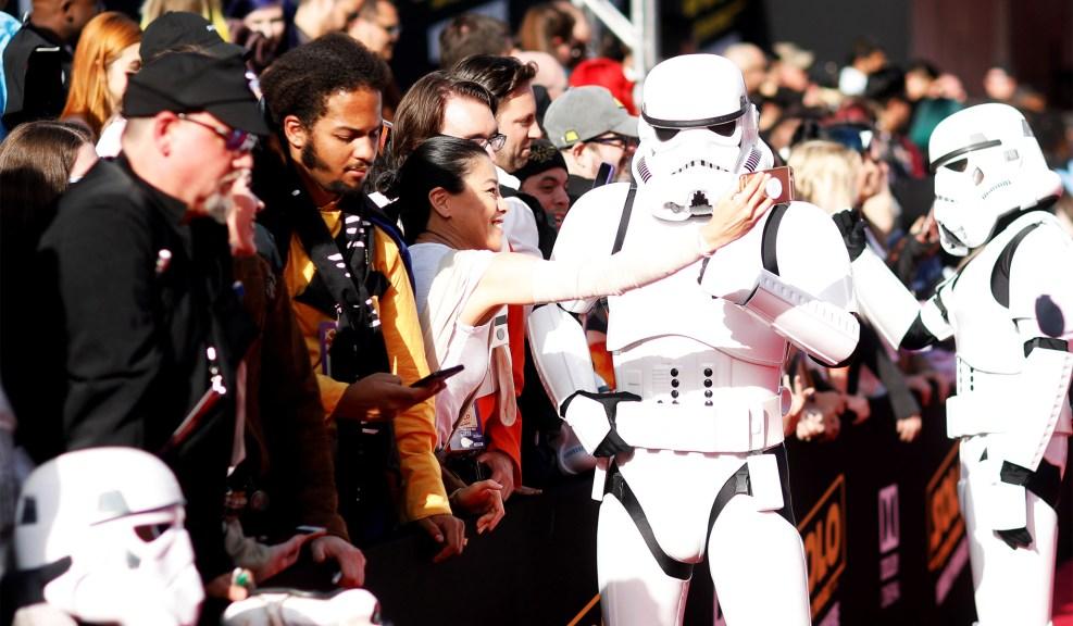 Stormtrooper-и си правят селфита с феновете