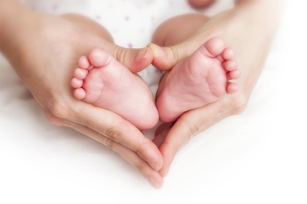bg-baby-in-mothers-hands