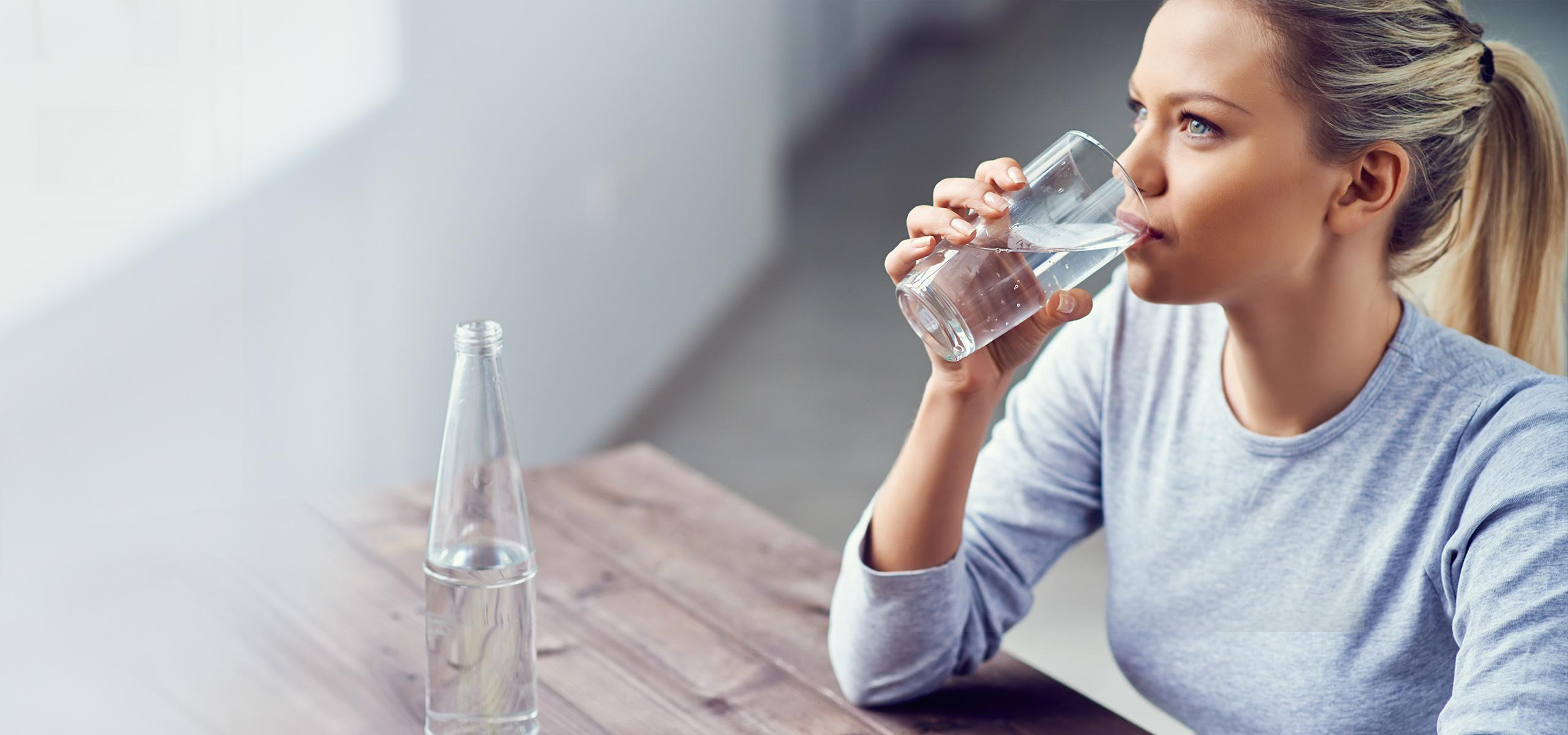 brita_experience_personal_hydration_needs_woman_drinking_water