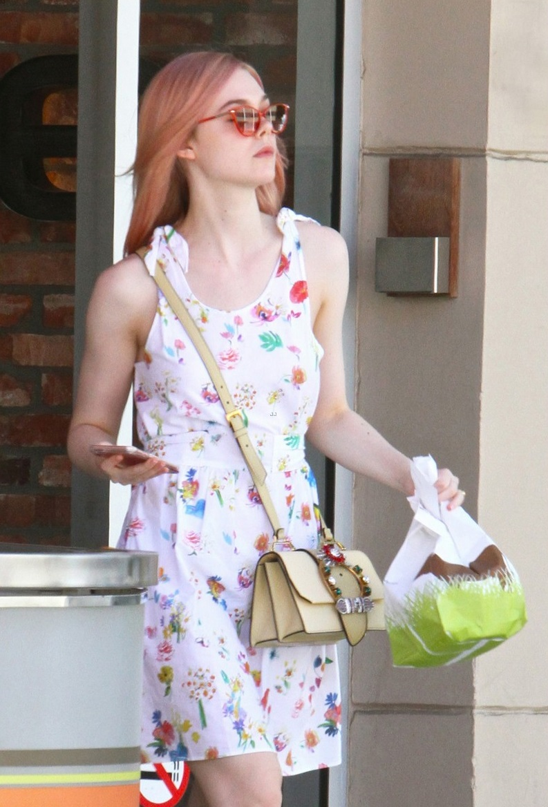 elle-fanning-debuts-new-pink-hair-color-06