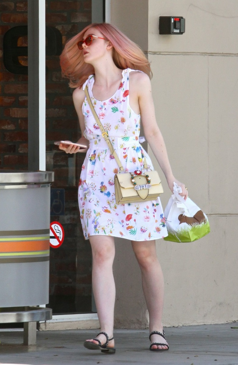 elle-fanning-debuts-new-pink-hair-color-08