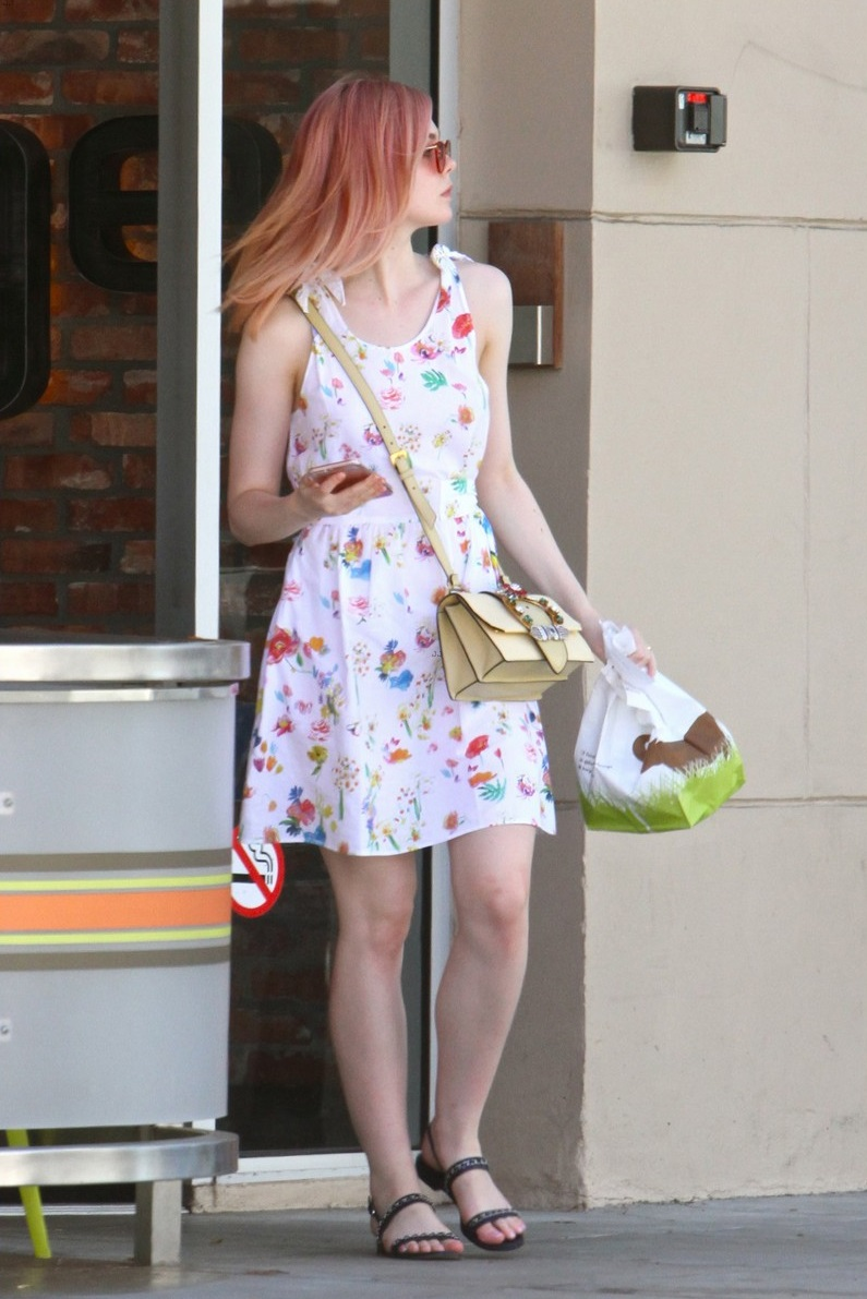 elle-fanning-debuts-new-pink-hair-color-11
